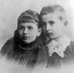 صورة دورا بعمر 8 سنوات مع أخيها أوتو